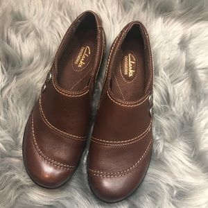 CLARKS BENDABLE LEATHER LOAFERS